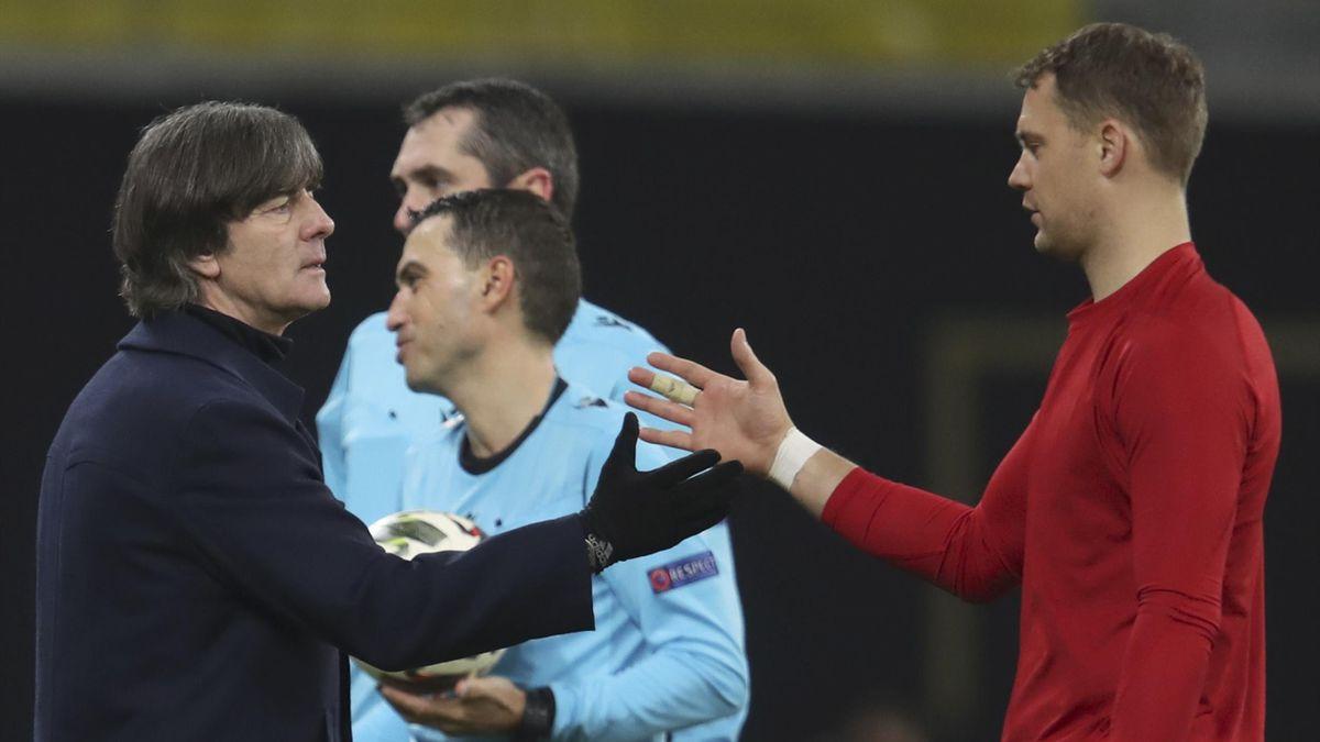 Joachim Löw und Manuel Neuer klatschen sich nach dem Sieg gegen die Ukraine ab
