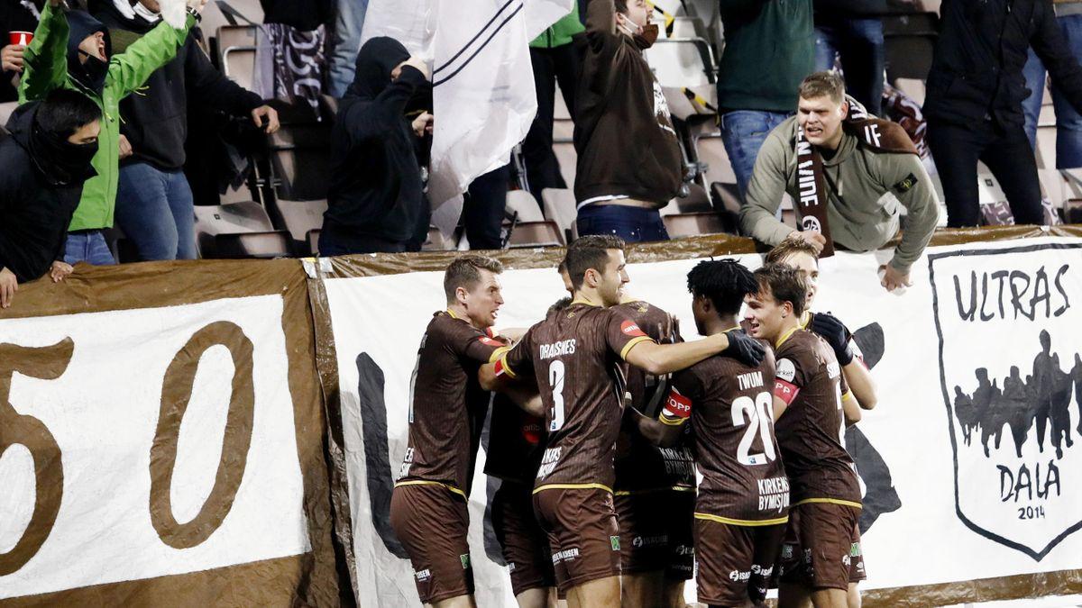 Mjøndalen feirer 1-0 målet til Ole Amund Sveen