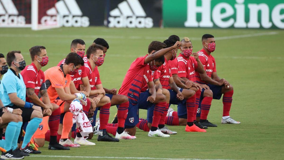 Les joueurs de Dallas mettent le genou à terre lors d'un match de MLS