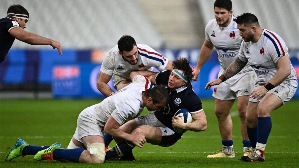 Hamish Watson chiuso dalla difesa francese in Francia-Scozia - Sei Nazioni 2021 - Getty Images