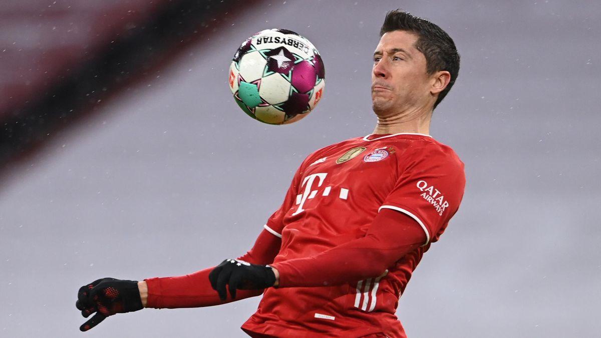 Robert Lewandowski addomestica il pallone durante una partita di Bundesliga - Getty Images