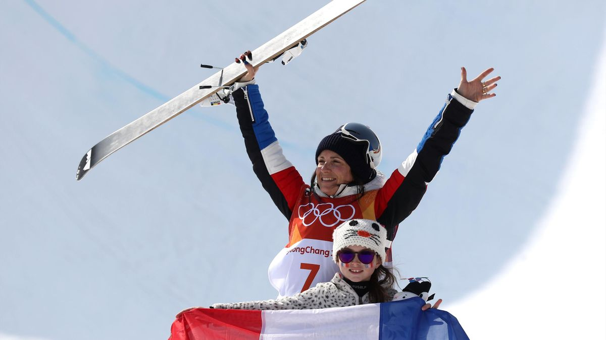 Marie Martinod (France) et sa fille Mélirose célébrant la médaille d'argent de la Française en halfpipe, aux JO 2018 de Pyeongchang.