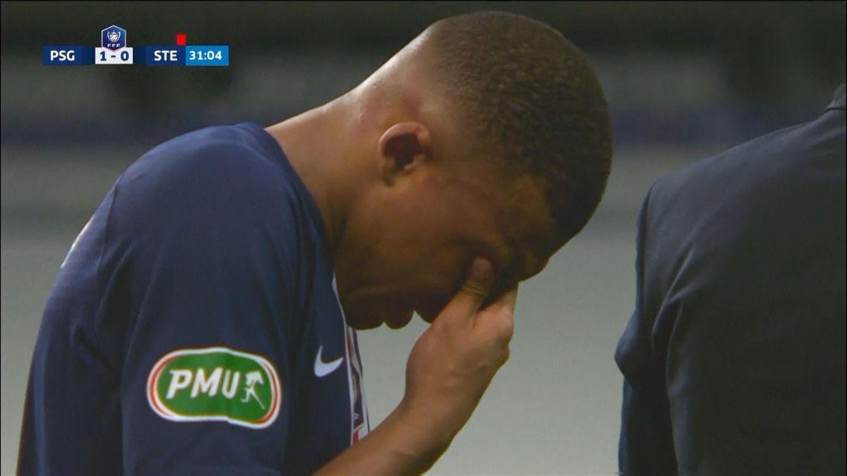 """Mbappe a părăsit terenul în lacrimi după intrarea """"criminală"""" a lui Loic Perrin din prima repriză a Finalei Cupei Franței câștigată de PSG cu 1-0 contra lui Saint Etienne"""