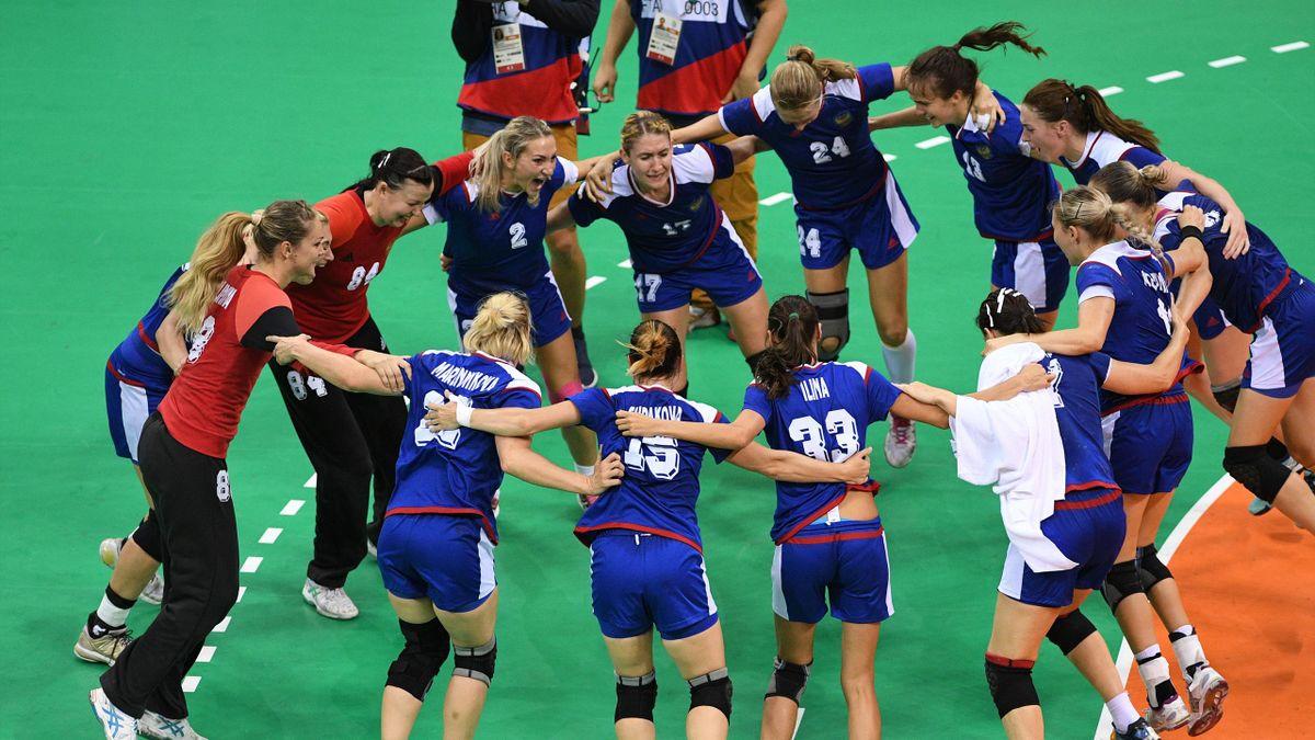Женская сборная России по гандболу после победы на Олимпиаде
