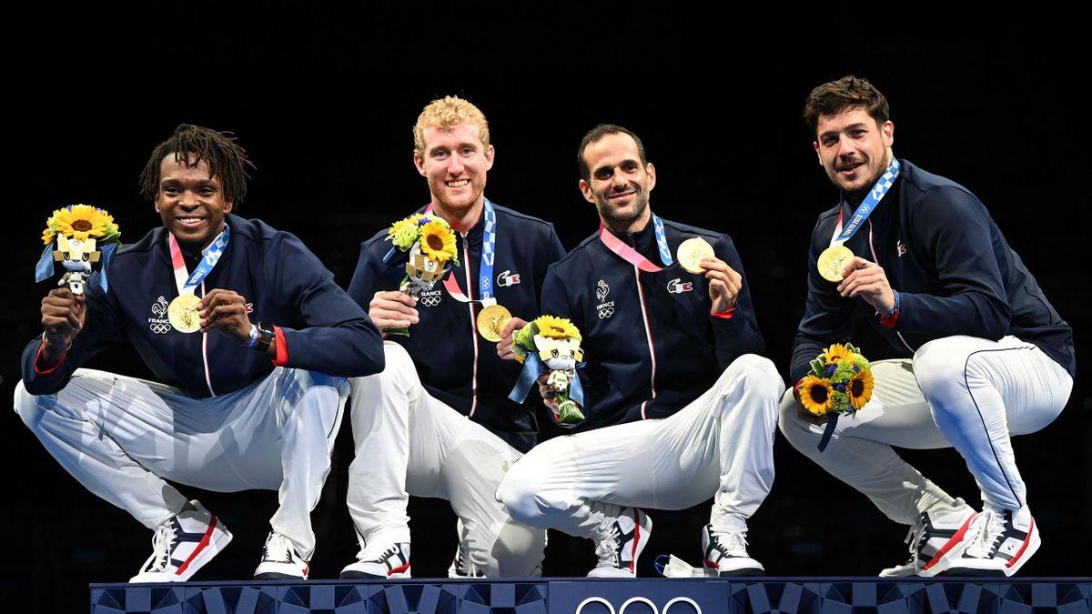 L'équipe de France de fleuret (Enzo Lefort, Julien Mertine, Erwann le Pechoux et Maxime Pauty) savoure sa médaille d'or lors de l'épreuve par équipes au fleuret