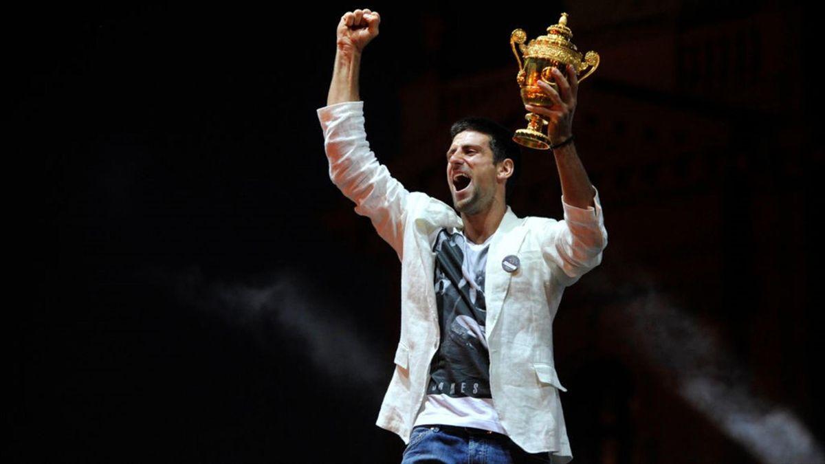 Novak Djokovic esulta a Belgrado dopo la conquista di Wimbledon nel 2011