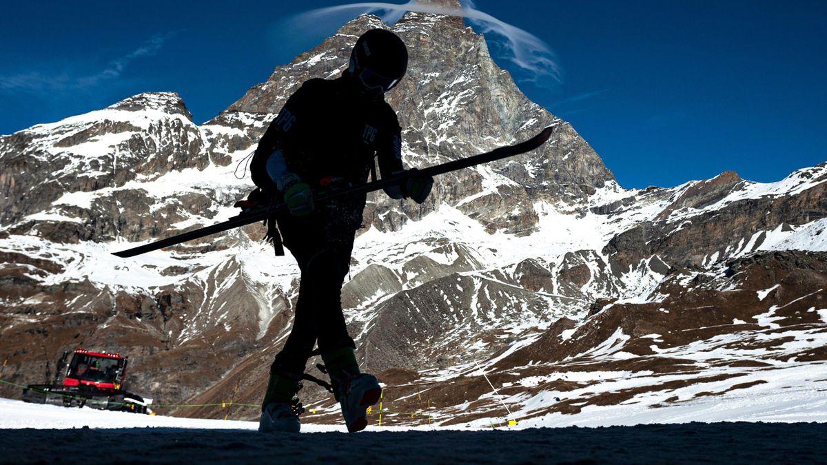 Uno sciatore con il Matterhorn (Cervino) sullo sfondo