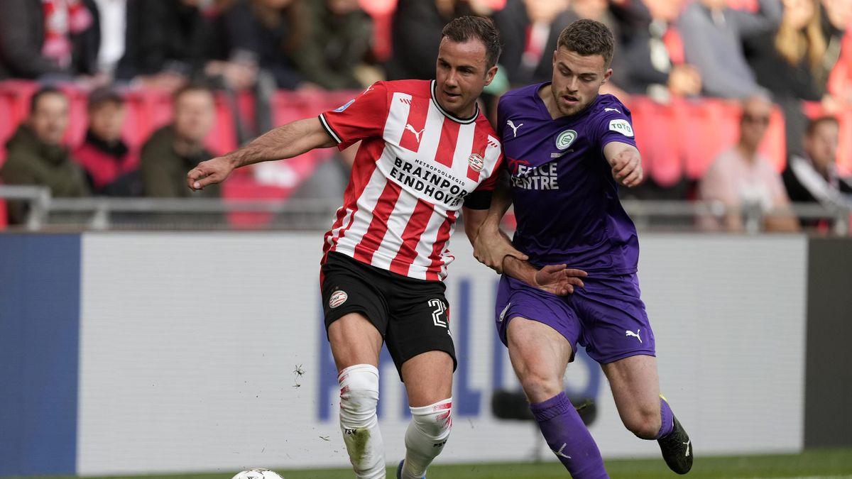 Mario Götze (l.) im Zweikampf mit Gabriel Gudmundsson vom FC Groningen