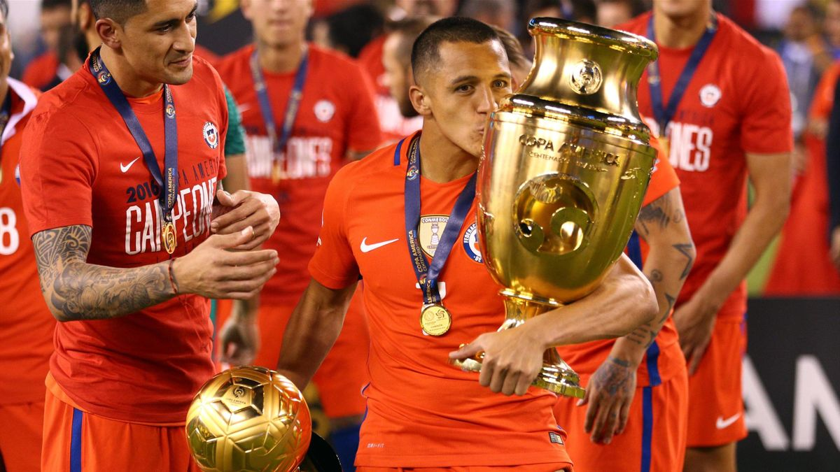 Chile forward Alexis Sanchez (7) kisses the championship trophy after winning the championship match of the 2016 Copa America Centenario soccer tournament