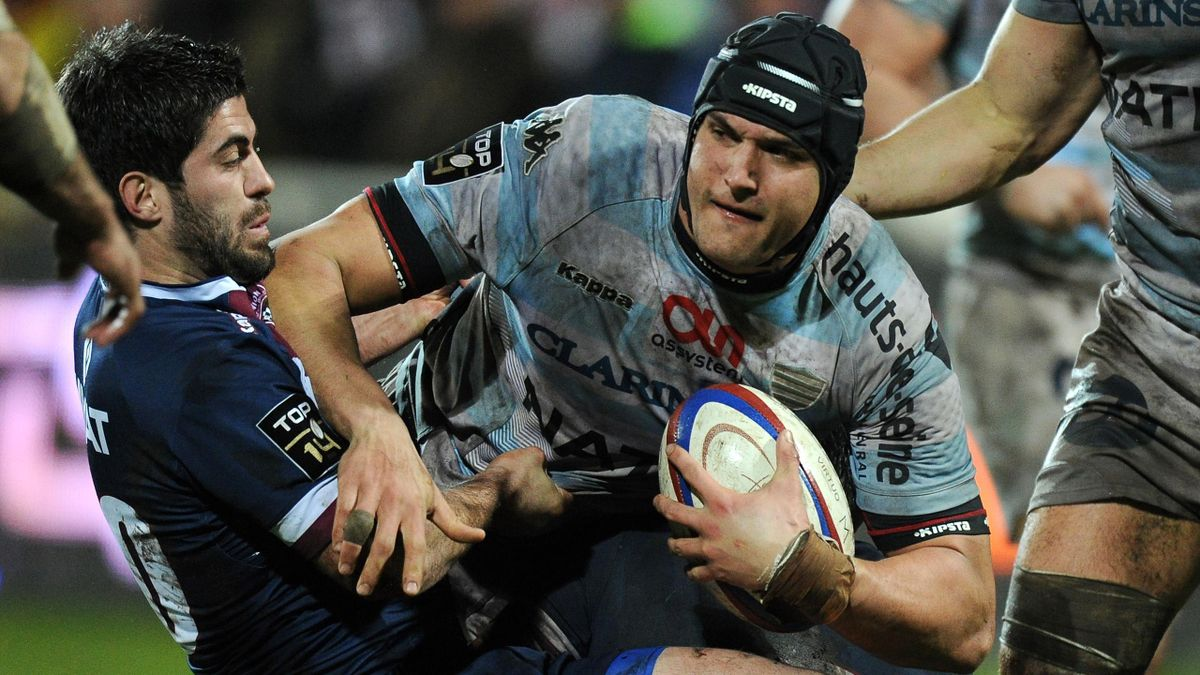 Bordeaux's Pierre Bernard (L) vies for the ball with Racing Metro Juandre Kruger during the French Top 14 rugby union match Bordeaux (UBB) vs Racing Metro 92 (RM 92) at the Andre Moga stadium in Begles, southwestern France (AFP)