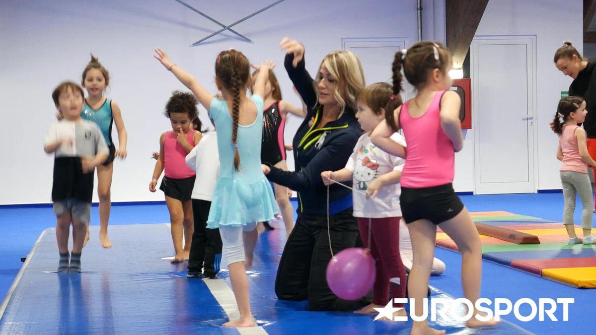Nadia Comăneci, alături de copiii care fac primii pași în gimnastică