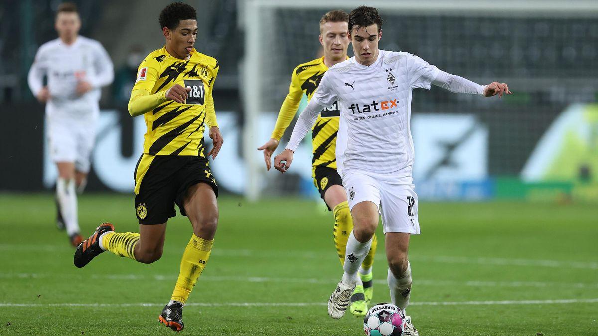 Florian Neuhaus (r.) im Zweikampf mit Jude Bellingham von Borussia Dortmund