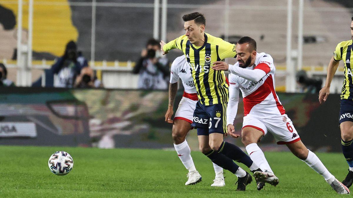 Feners Mesut Özil (links) im Spiel gegen Antalyaspor