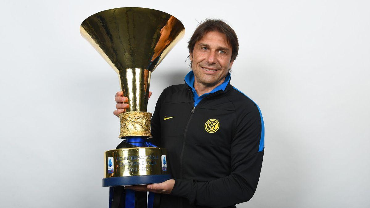 Antonio Conte posa con lo Scudetto, il tecnico in nerazzurro ha vinto il 4° scudetto della sua carriera riportando l'Inter al primo posto in Serie A dopo 11 anni