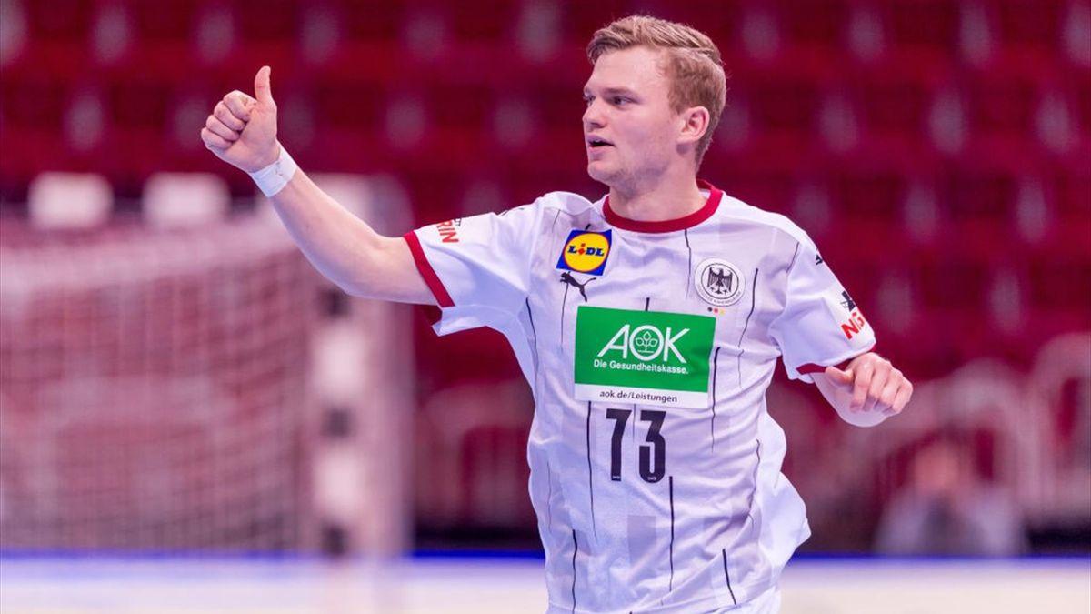 Timo Kastening reckt den Daumen nach oben. Die DHB-Auswahl hat in der EM-Qualifikation auch ihr Auswärtsspiel in Bosnien und Herzegowina gewonnen