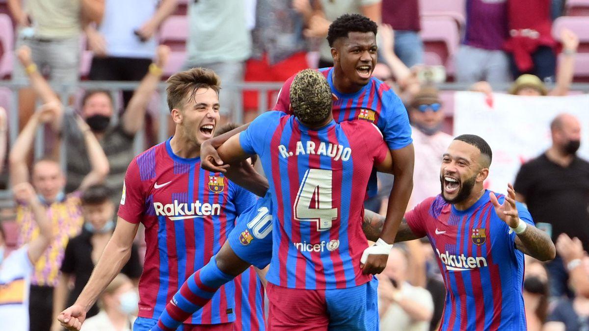 Ansu Fati (mitte-oben) und der FC Barcelona jubeln gegen UD Levante