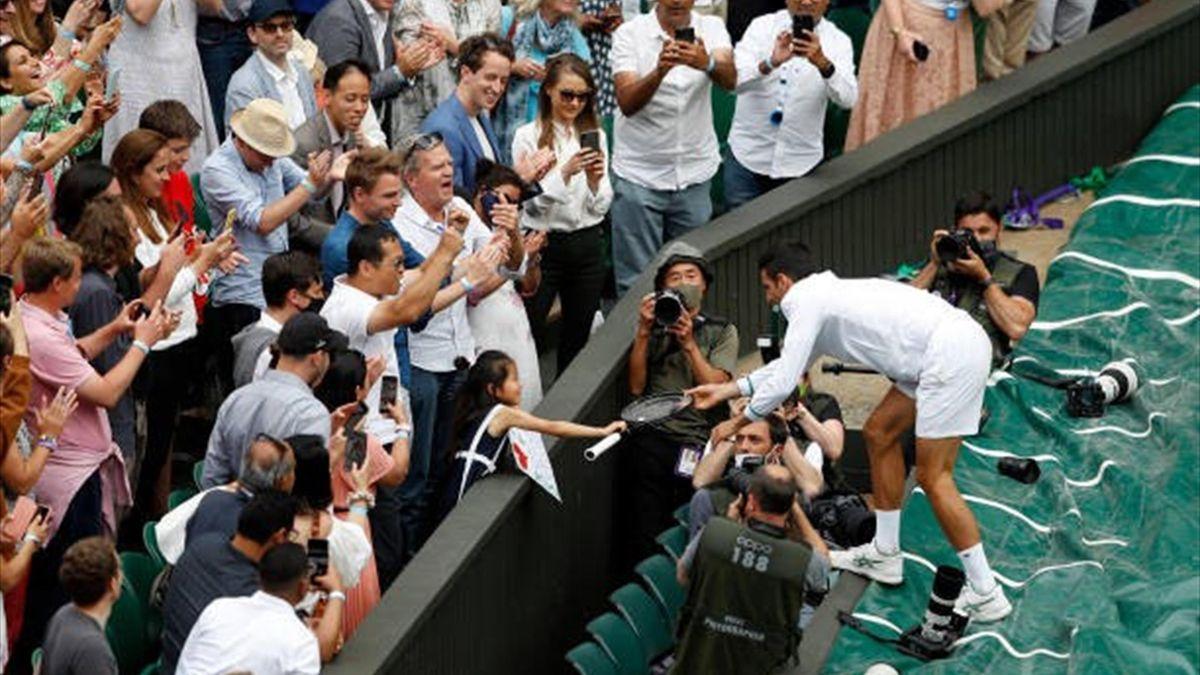 Novak Djokovic i-a înmânat unei fetițe racheta cu care a jucat în finala de la Wimbleond