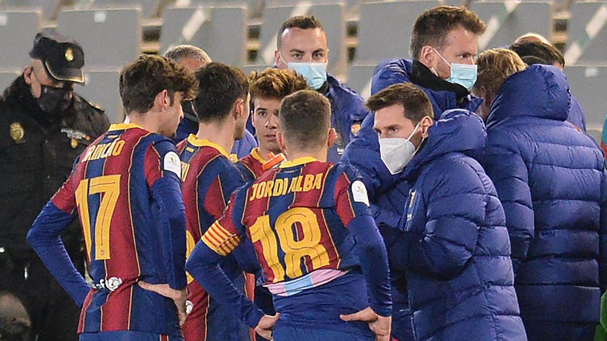 Leo Messi dando instrucciones a sus compañeros en la Supercopa 2021