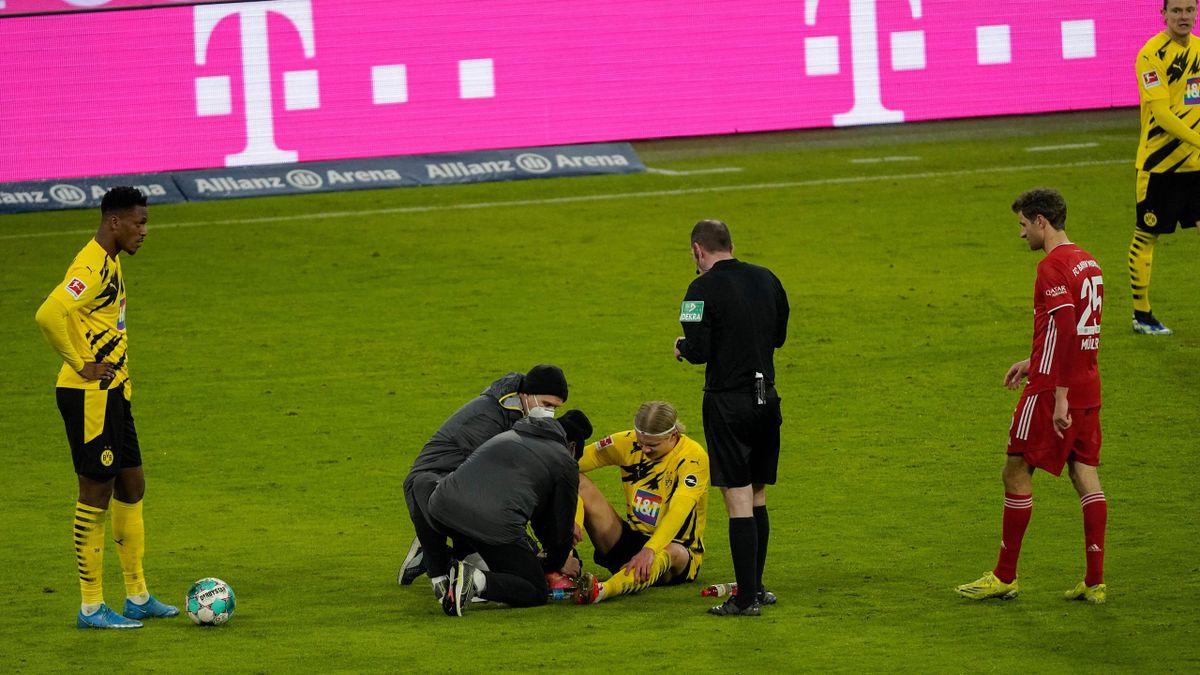 Erling Haaland (liegend, Borussia Dortmund) muss im Topspiel gegen den FC Bayern runter