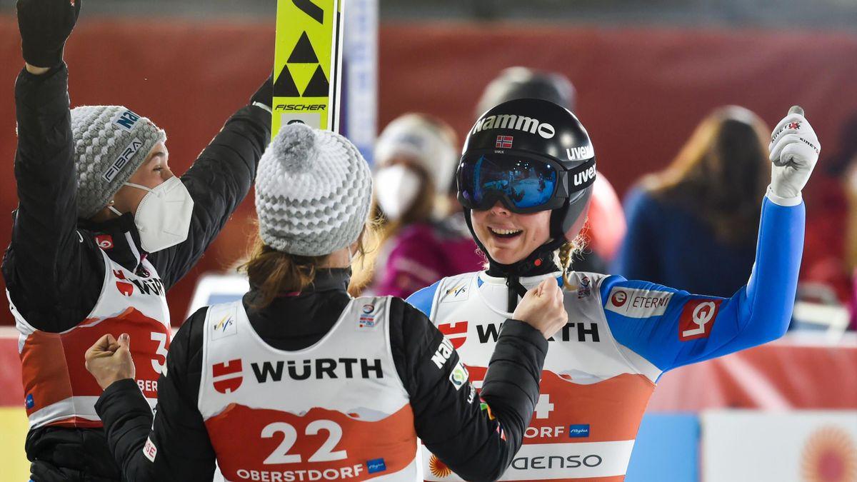 Maren Lundby (r.) feiert ihren WM-Titel von der Großschanze