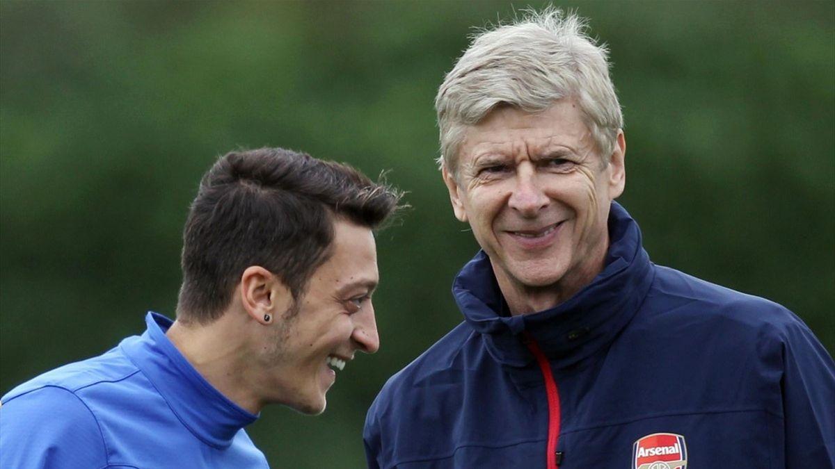 Mesut Özil (l.) und Arsène Wenger beim FC Arsenal