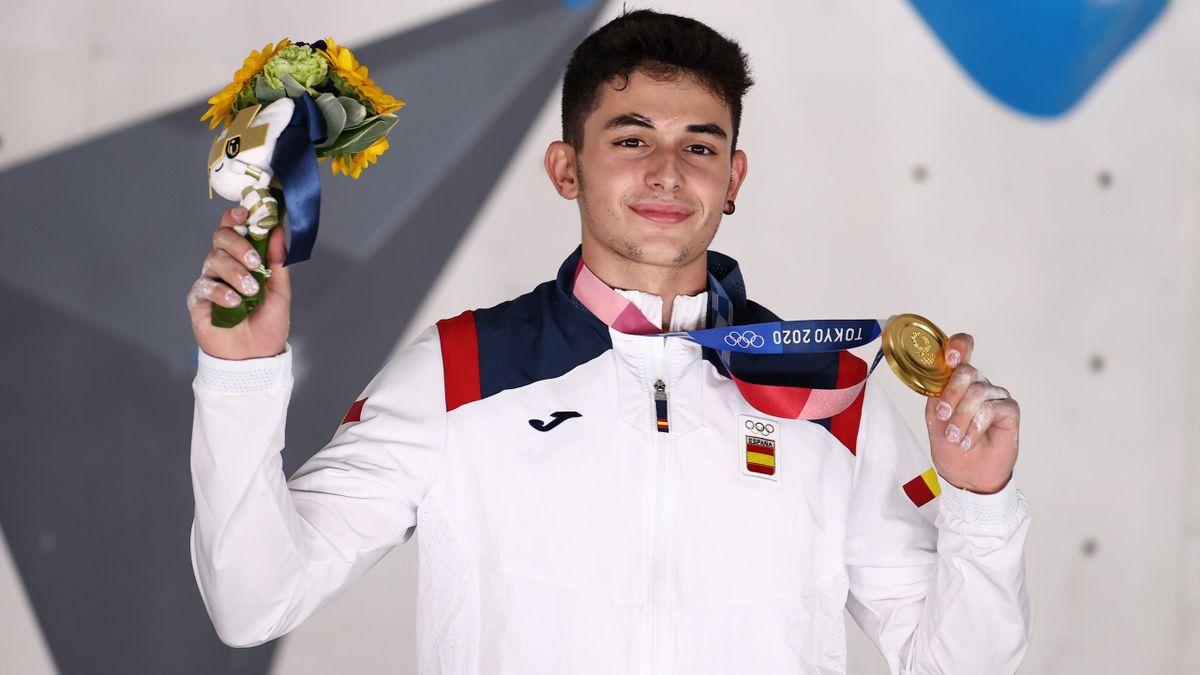 Alberto Ginés en el podio, recibiendo su medalla de oro en escalada