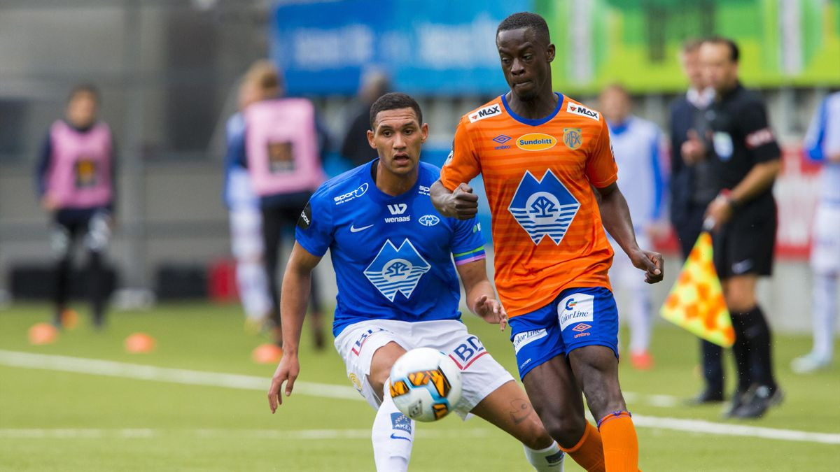 Moldes Ruben Gabrielsen (t.v.) og Edwin Gyasi i eliteseriekampen i fotball mellom Aalesund og Molde på Color Line Stadion.