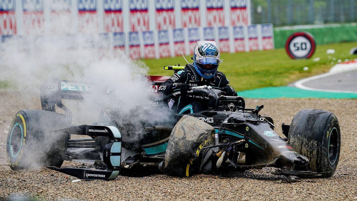 Valtteri Bottas steigt aus seinem zerstörten Mercedes aus