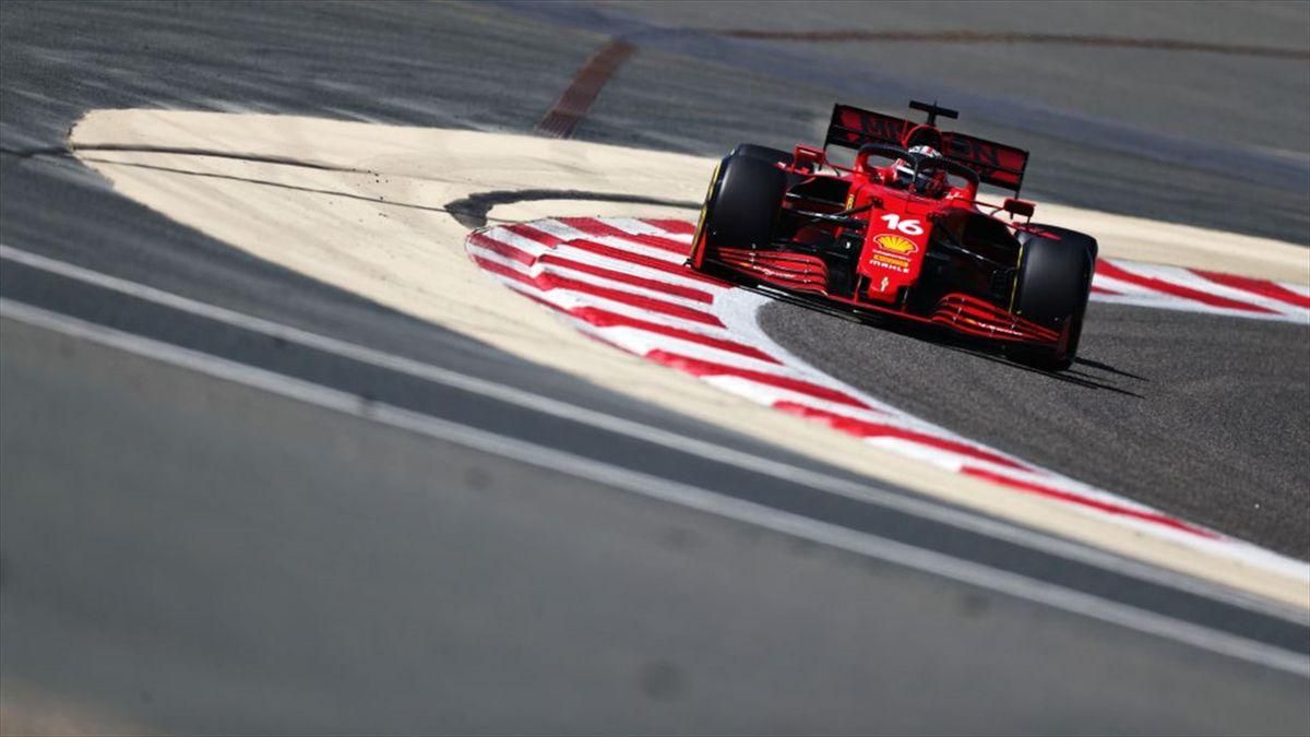 La Ferrari di Charles Leclerc durante i test sul circuito di Sakhir in Bahrain