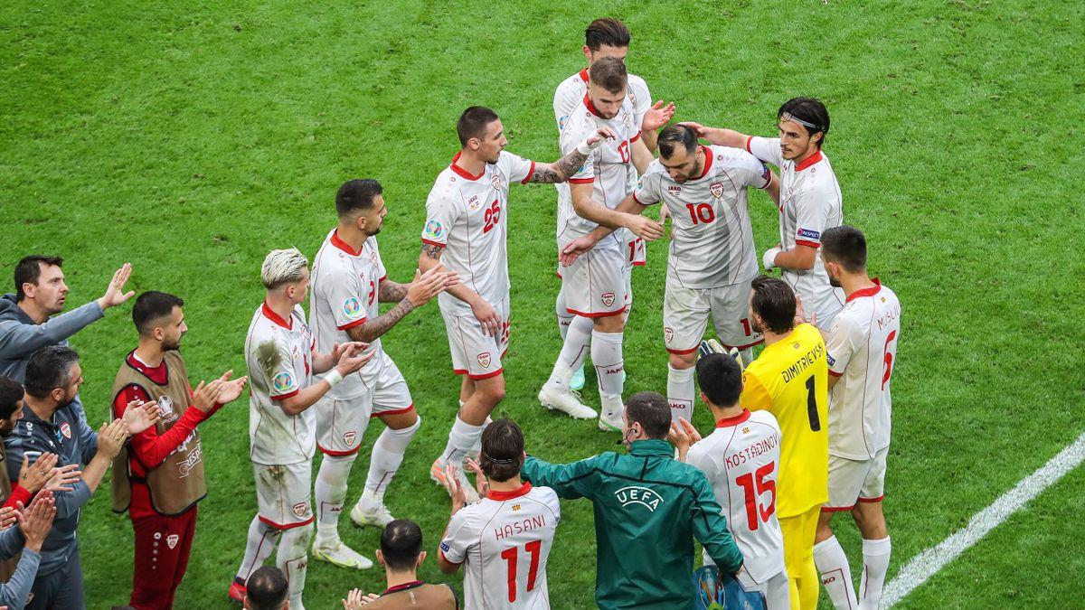 Goran Pandev salutato dai suoi compagni di squadra per l'addio alla Nazionale dopo Macedonia-Paesi Bassi - Europei 2021