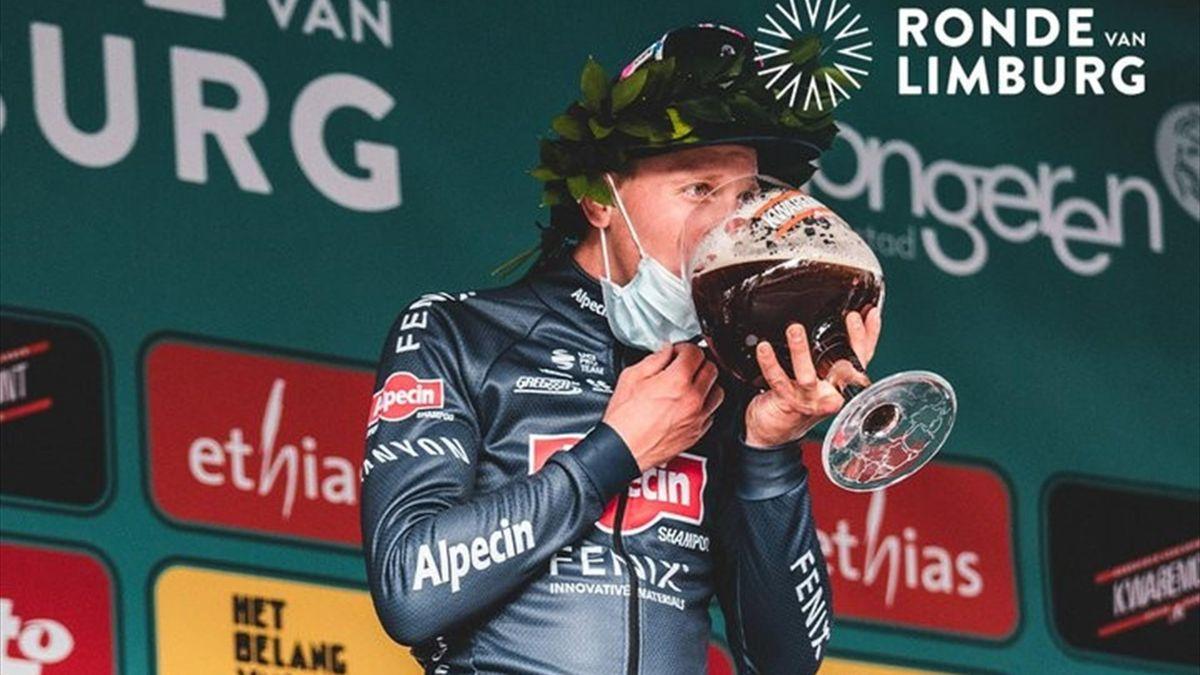 Tim Merlier sul podio della Ronde van Limburg 2021 - credit account ufficiale @RondeLimburg