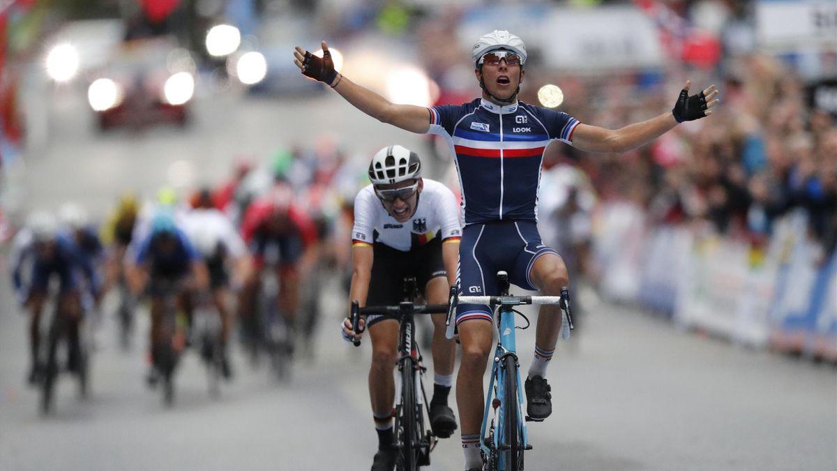 Benoit Cosnefroy (t.h.) fra Frankrike vinner foran Lennard Kamna fra Tyskland. Fellesstart menn U23 i VM i landeveissykling i Bergen fredag.