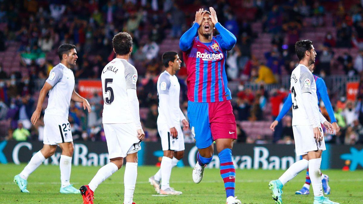 Ronald Araujo (FC Barcelona), ante el Granada