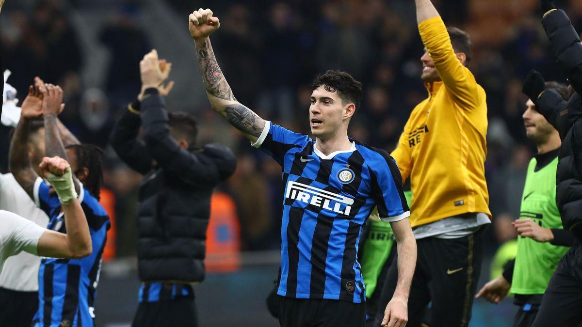 Alessandro Bastoni festeggia la vittoria contro il Genoa