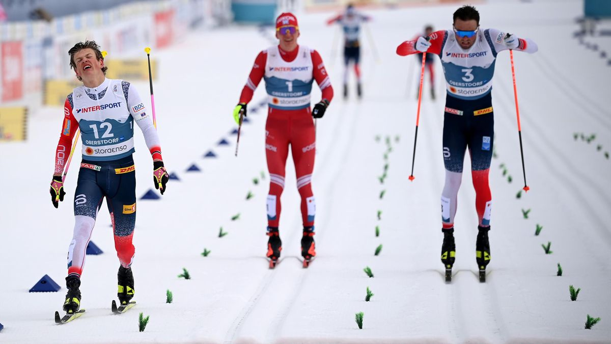 Klaebo (li.) gewinnt die 50 km vor Iversen und Bolschunow