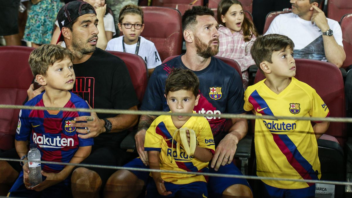 Lionel Messi from Argentina of FC Barcelona, portrait with his childrens Thiago and Mateo and Luis Suarez from Uruguay of FC Barcelona, portrait with his son Benjamin during the La Liga match between FC Barcelona and Real Betis Balompie in Camp Nou Stadiu