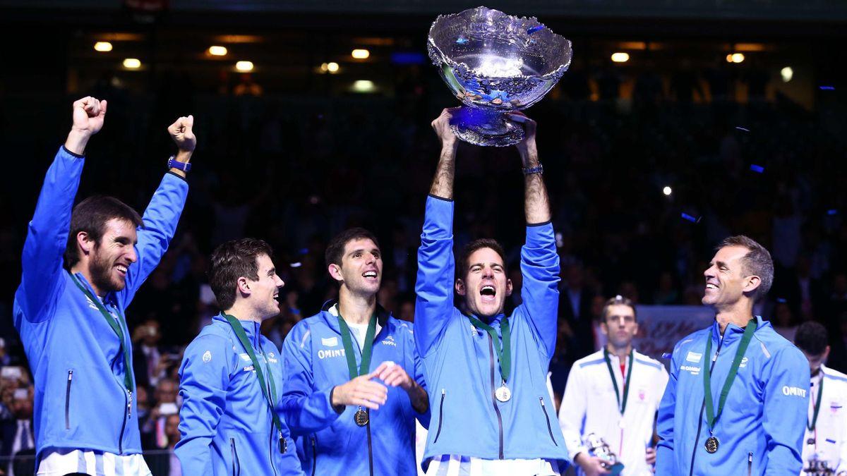Juan Martin Del Potro soulève le trophée de la Coupe Davis en 2016.