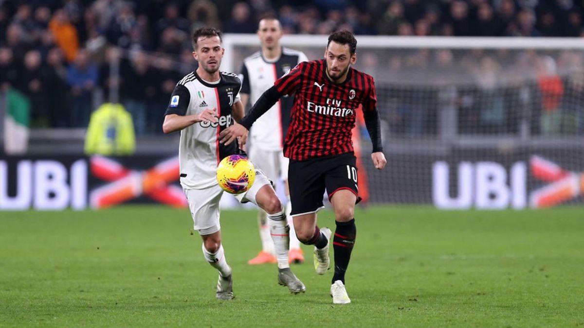 Hakan Calhanoglu, în duel cu Pjanic într-un Juventus-Milan