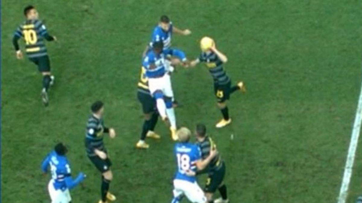 Il tocco di mano di Barella sul colpo di testa di Tonelli sanzionato da Valeri col VAR