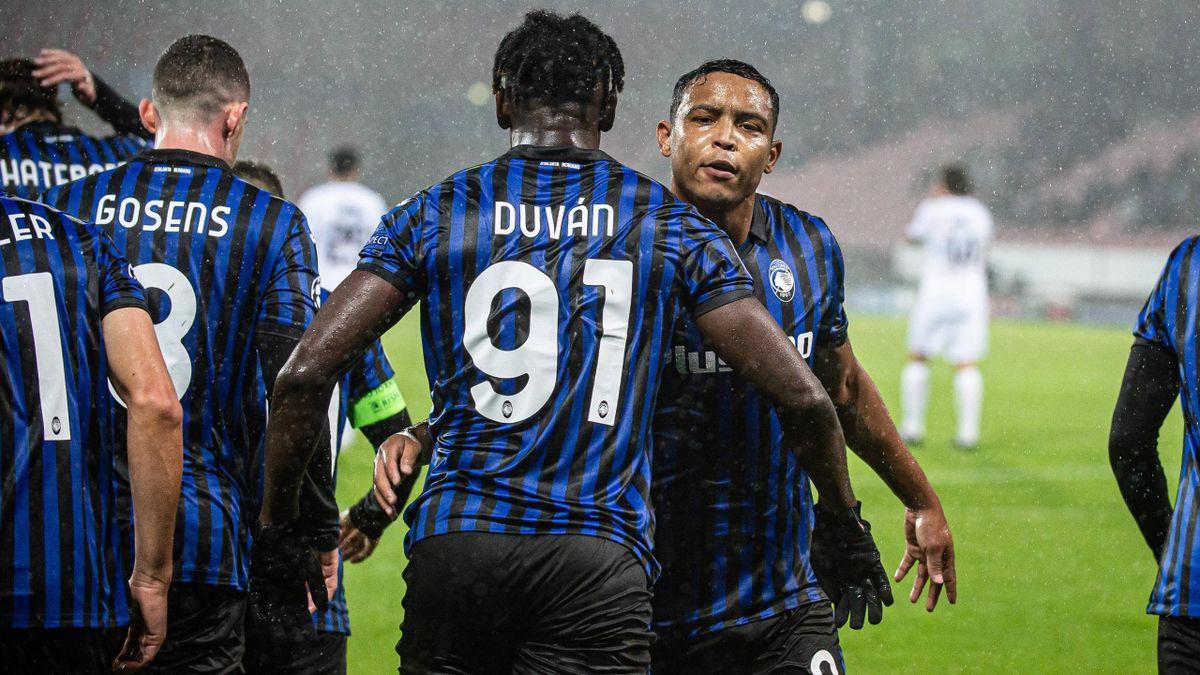 Zapata e Muriel esultano dopo il gol contro il Midtjylland durante la fase a gironi di Champions League 2020/2021