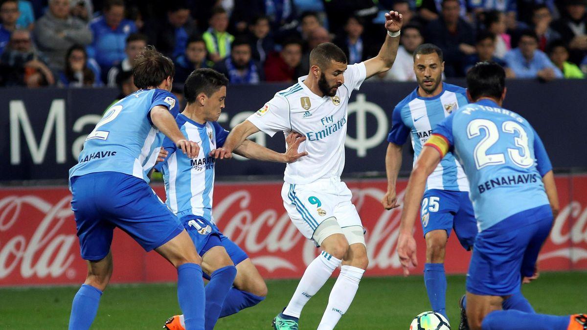 Benzema, rodeado de jugadores del Málaga