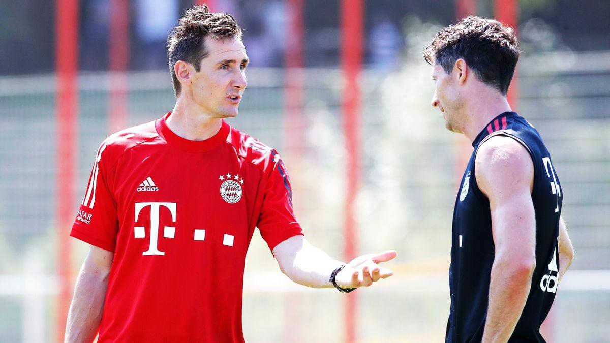 Bayern-Co-Trainer Miroslav Klose im Gespräch mit Robert Lewandowski