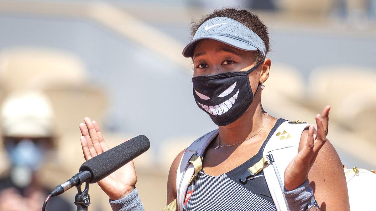 Naomi Osaka, vorbind pe arena Philippe Chatrier, după victoria cu Patricia Țig, din primul tur de la Roland Garros