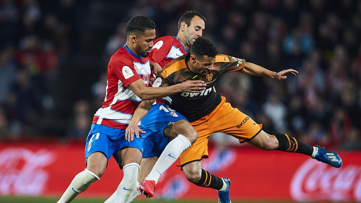 Yangel Herrera and Victor Diaz of Granada CF compete for the ball with Francis Coquelin of Valencia CF during the Copa del Rey quarter final match between Granada CF and Valencia CF on February 04, 2020