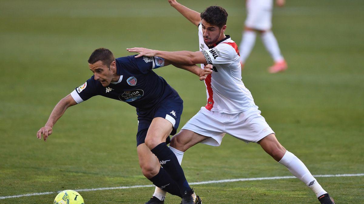 Santi Comesaña (Rayo), disputa un balón contra un jugador del Lugo