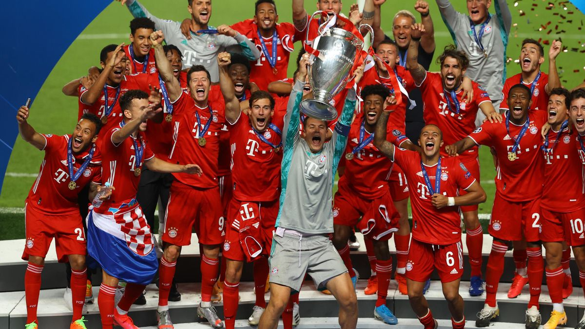 Manuel Neuer, captain of FC Bayern Munich lifts the UEFA Champions League Trophy following his team's victory in the UEFA Champions League Final match between Paris Saint-Germain and Bayern Munich at Estadio do Sport Lisboa e Benfica on August 23, 2020 in