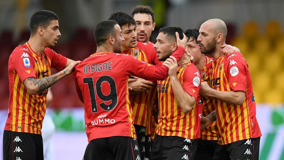 Gianluca Caprari abbracciato dai compagni dopo il gol, Benevento-Sampdoria, Getty Images