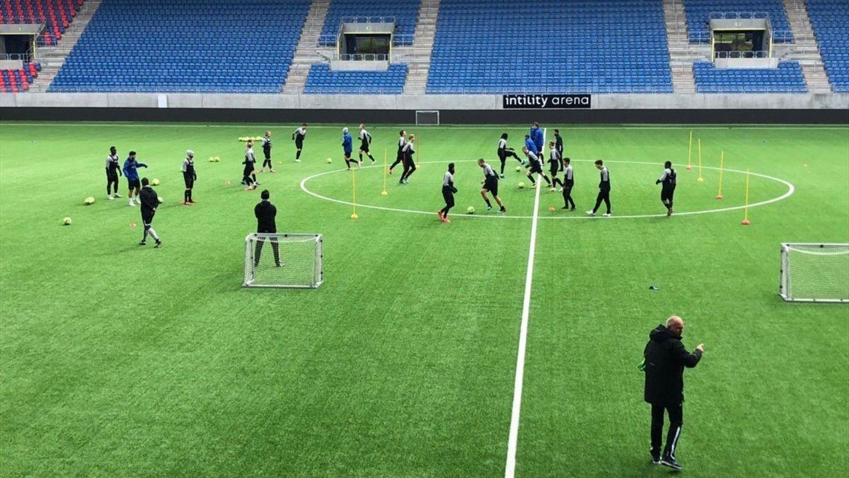 Vålerenga på feltet. Foto: VIF Fotball