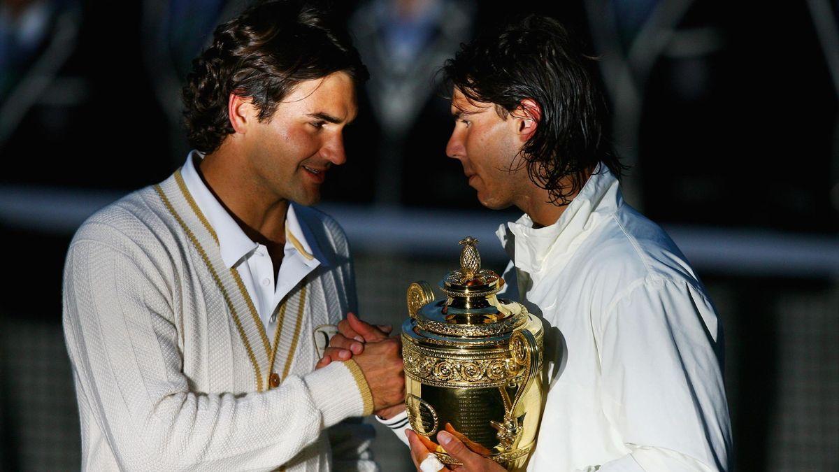 Rafa Nadal saluda a Roger Federer tras la entrega de trofeos de Wimbledon 2008