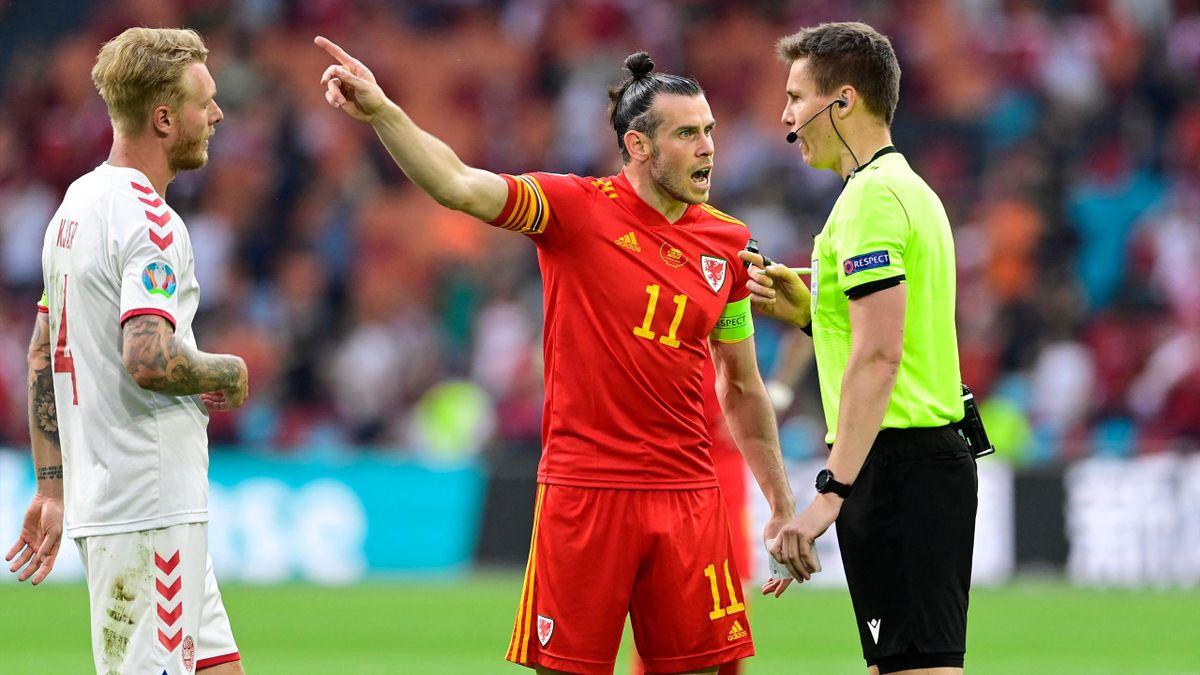 Gareth Bale (mitte) diskutiert mit dem deutschen Schiri Daniel Siebert (rechts)